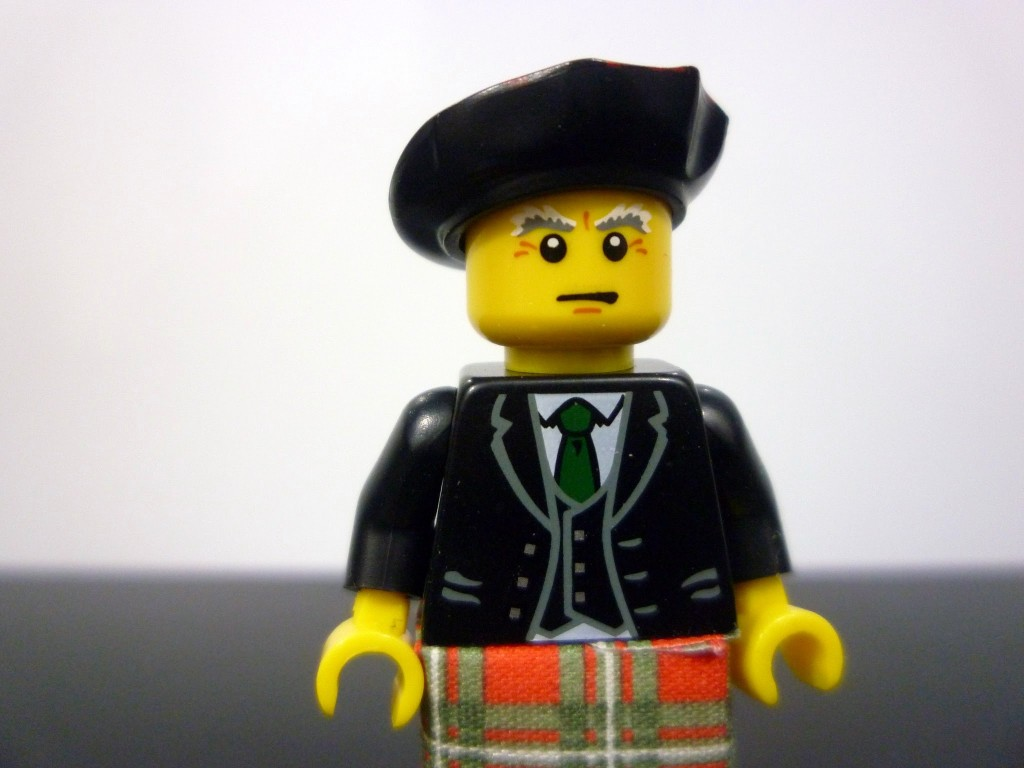 lego-minifigures-series-7-bagpiper-upclose