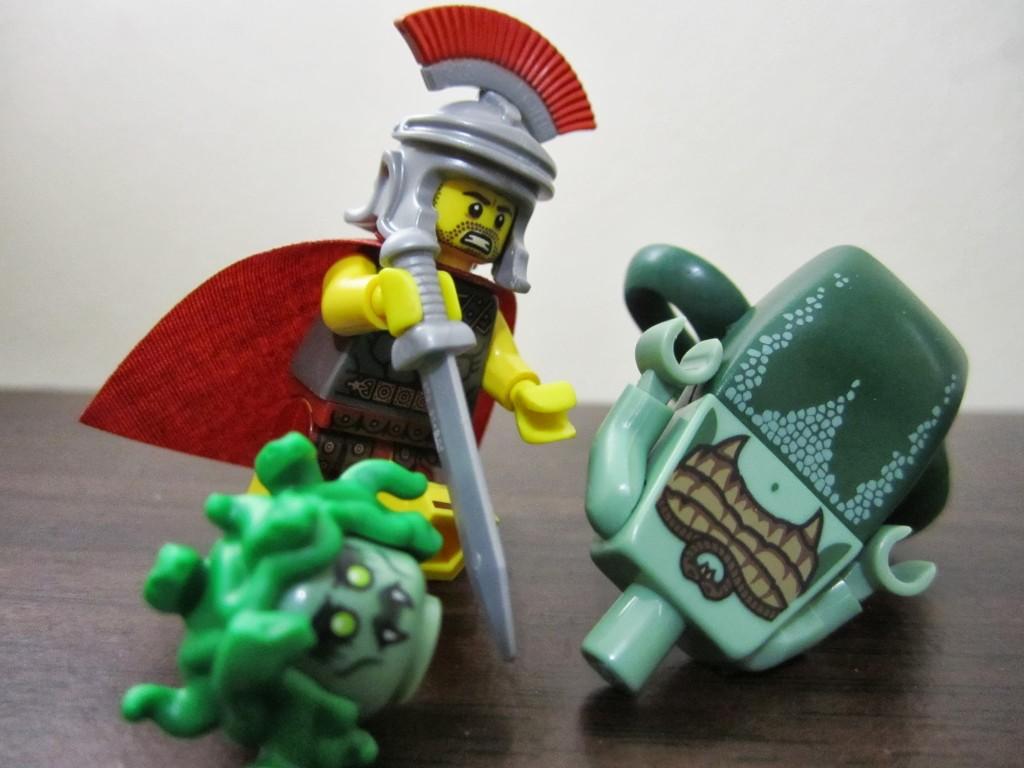 lego-minifigures-medusa-vs-roman-commander
