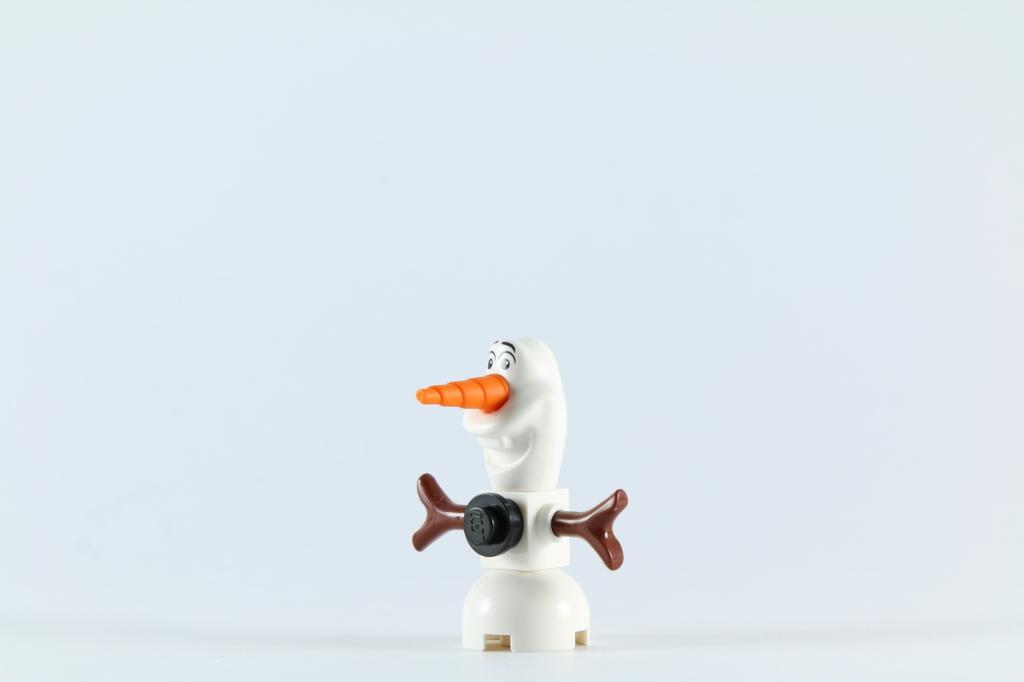 LEGO 41062 Elsa's Sparkling Ice Castle - Olaf at an angle