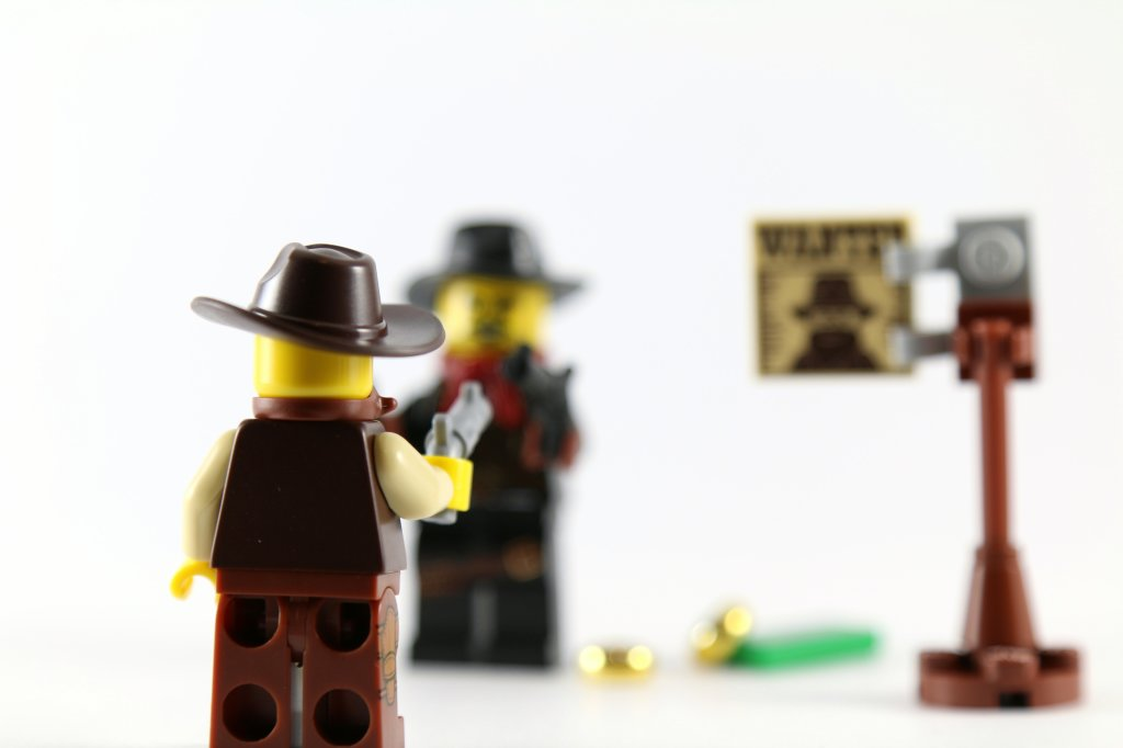 LEGO Minifigures Sheriff Bandit Showdown