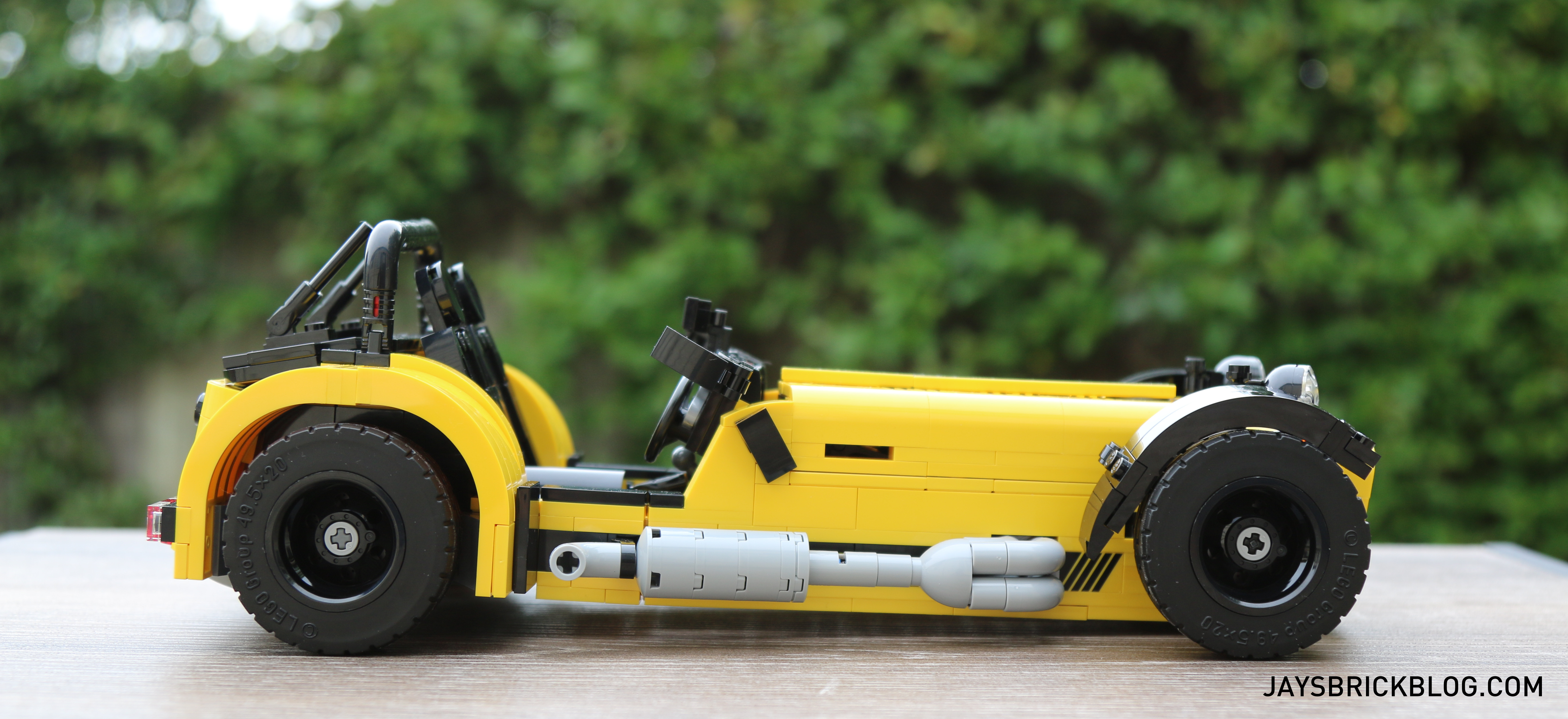 lego-21307-caterham-seven-side-view-2