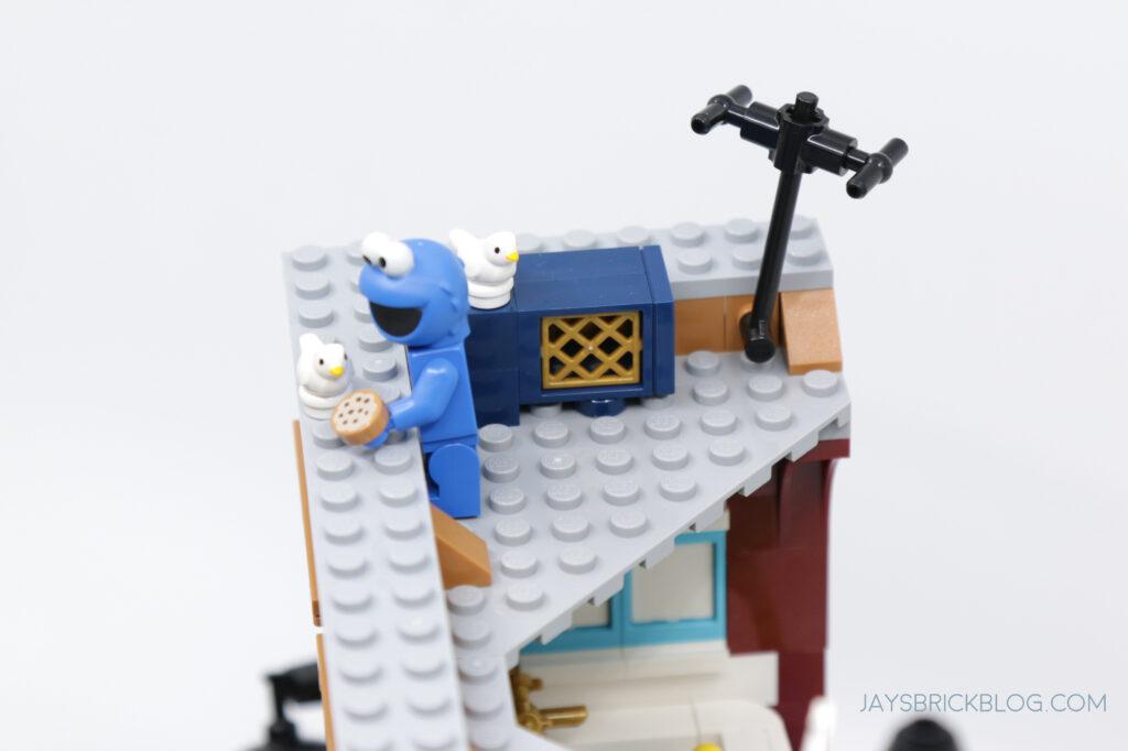 LEGO Sesame Street Cookie Monster Feeding Birds