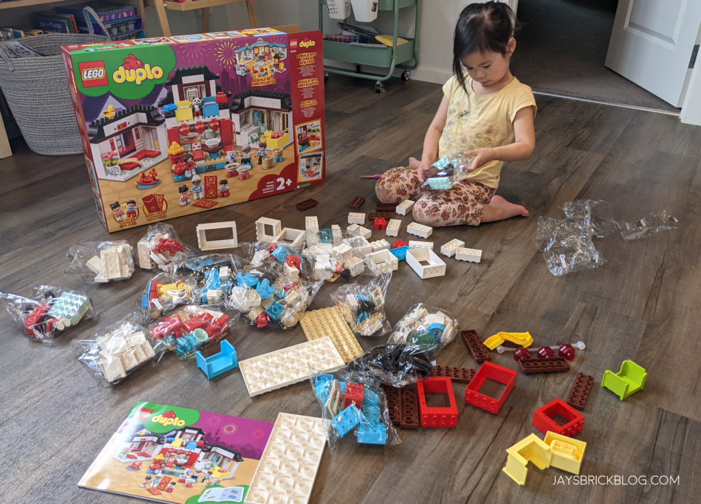 LEGO 10943 Duplo Happy Childhood Moments Contents