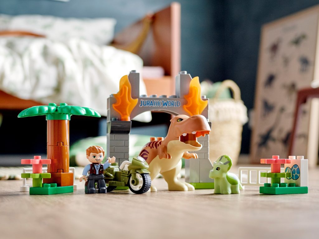 Duplo 10939 T. rex and Triceratops Dinosaur Breakout Lifestyle