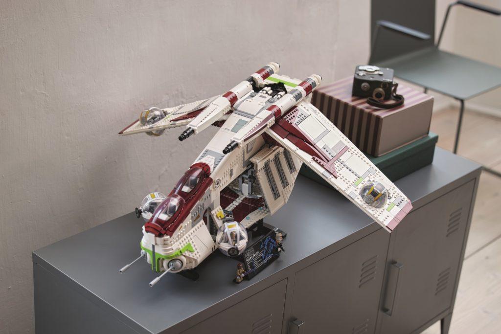 LEGO 75309 UCS Republic Gunship Lifestyle 20
